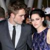 > Vídeo >> Kristen Stewart (na foto com Robert Pattinson): Bella e a trama.